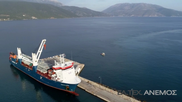 Transfer of wind turbines from the port of Sami in the village of Dilinata